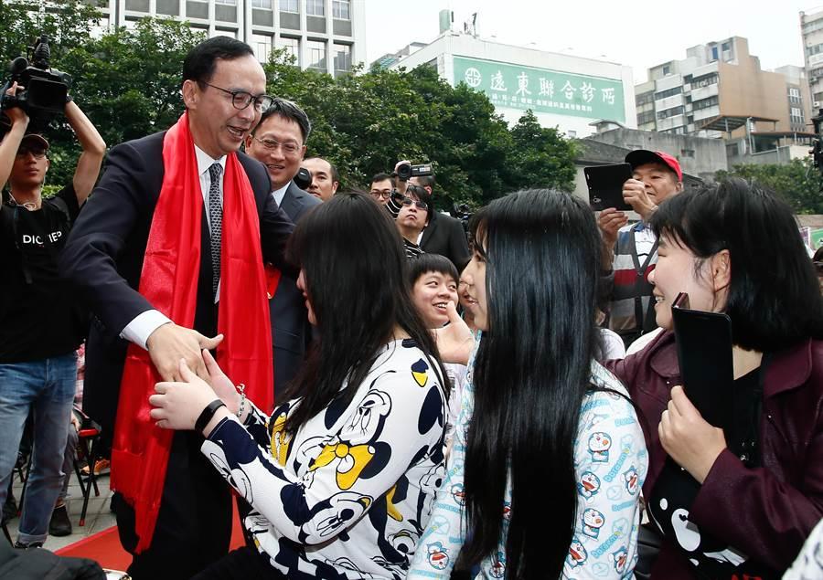 前新北市長朱立倫(左)7日參加「己亥年公拜軒轅黃帝大典」,進場時,朱立倫一一與民眾握手致意,受到熱烈支持。(劉宗龍攝)