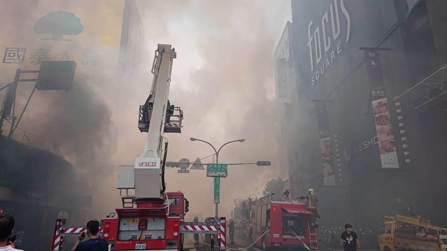 台南市中西區中山路與西華南街口的超商2樓火警,濃煙遍布天際有如末日降臨。(程炳璋攝)