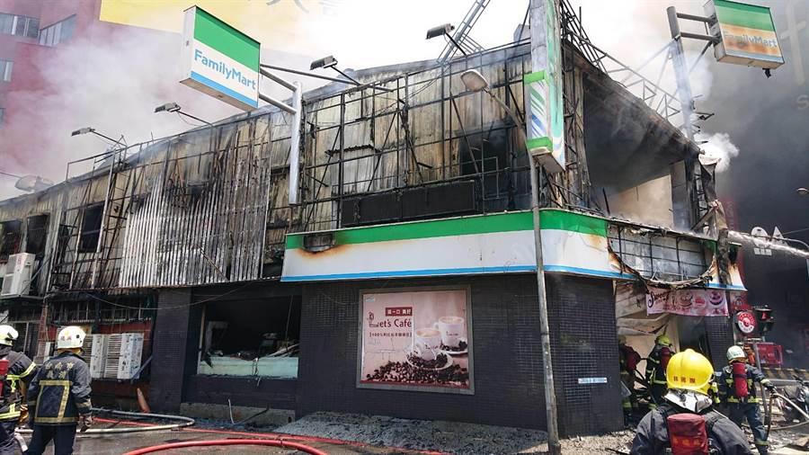 超商2樓後方是起火點,警消以強力水柱灌救延燒的火勢。(程炳璋攝)