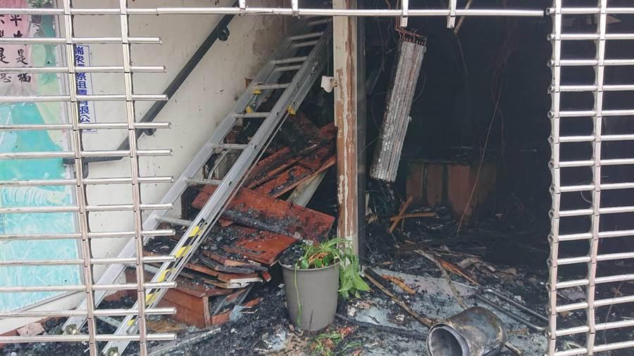 警消人員原本要從後方樓梯上樓救火,但木材樓梯因火勢塌陷,一度延誤救災。(程炳璋攝)