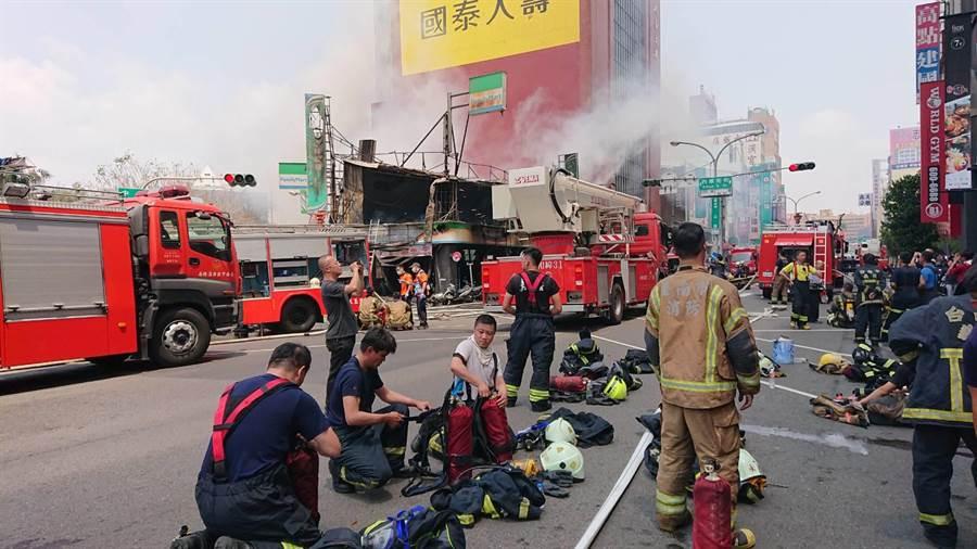 消防隊出動數十名警消人力救火,火勢持續近2小時,不少人員輪替上陣。(程炳璋攝)