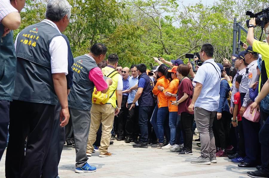 遊客看到高雄市長韓國瑜一現身,隨即湧上前握手、拍照。(王文吉攝)