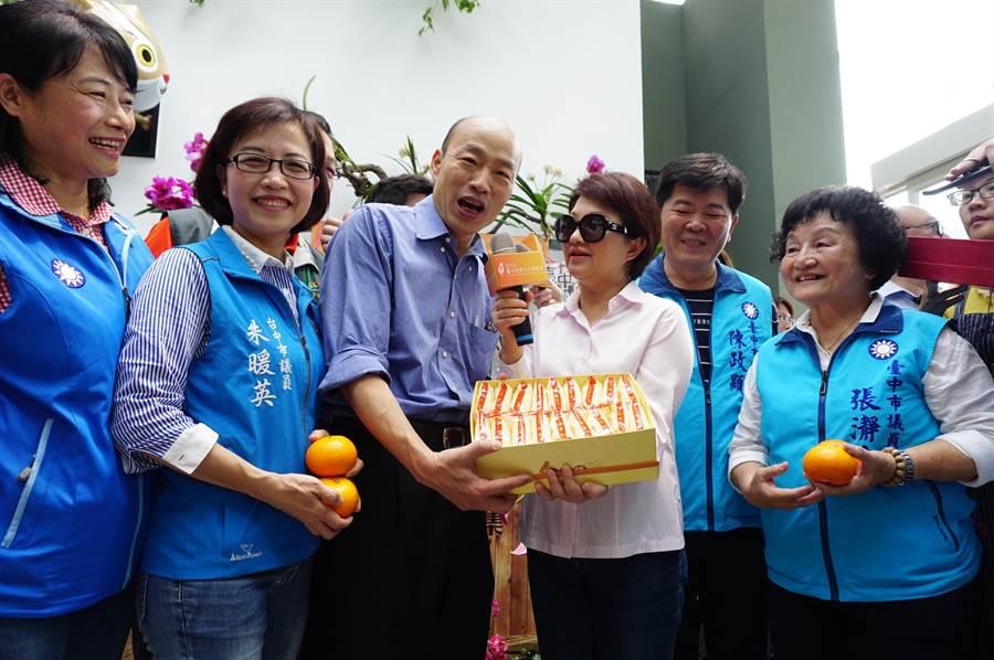 台中市長盧秀燕贈送「太陽餅」伴手禮,似乎有勸進「太陽」意味。(王文吉攝)