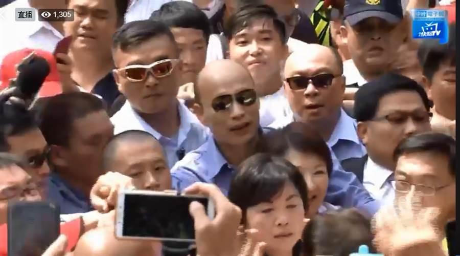 韓國瑜現身鎮瀾宮,受到大批民眾熱情歡迎。(圖片翻拍自中時電子報臉書)