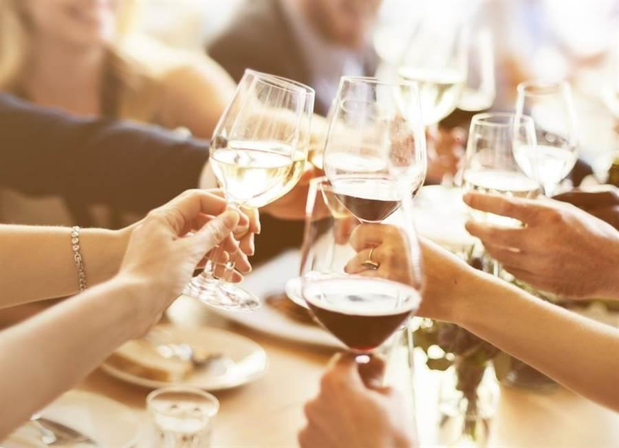 妙齡女身體不適仍赴約喝酒竟喝到死亡。(達志影像/shutterstock)