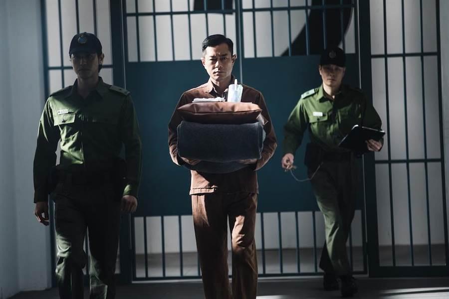 古天樂穿著囚服依舊有型。(華映提供)