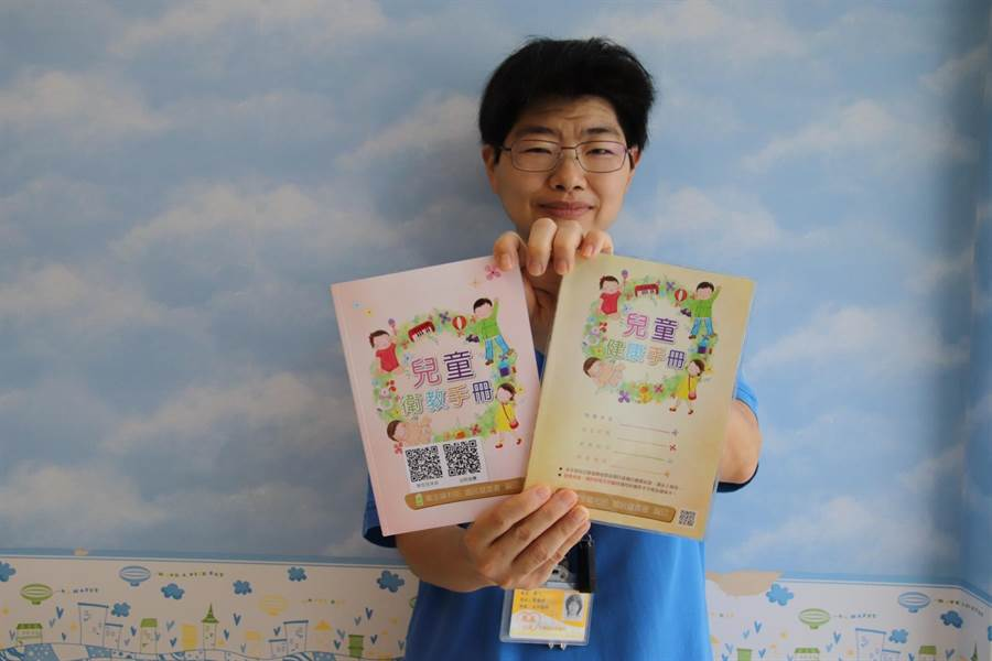 育兒方法就在「兒童健康手冊」及「兒童衛教手冊」上。(楊漢聲翻攝)