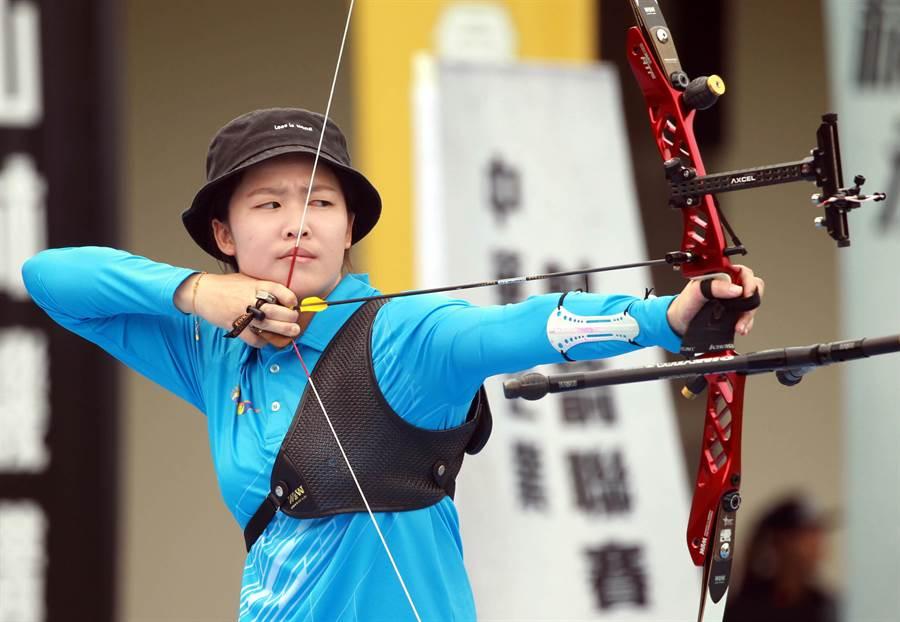 台南射箭隊彭家楙在企業射箭聯賽元年女子個人賽四連勝。(中華企業射箭聯盟提供)