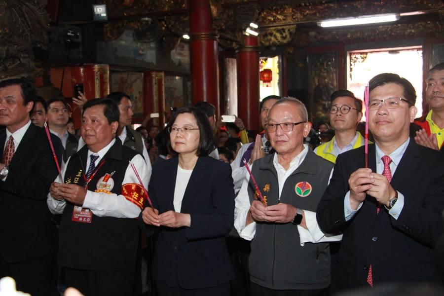 蔡英文總統向白沙屯媽祖誠心祈求國泰民安。(何冠嫻攝)