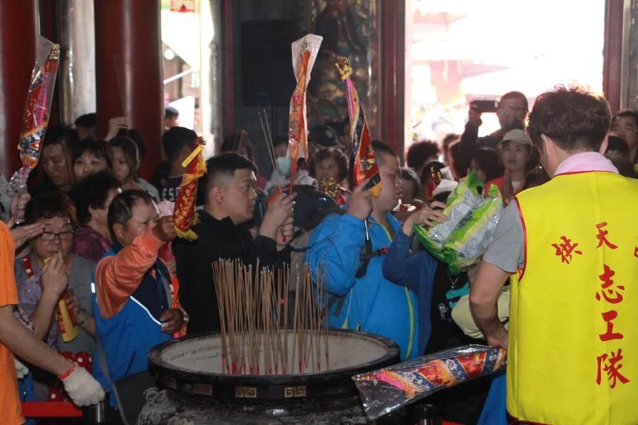 通霄鎮拱天宮香火鼎盛,今年進香活動盛大展開,一早匯聚信眾們虔誠參拜。(何冠嫻攝)