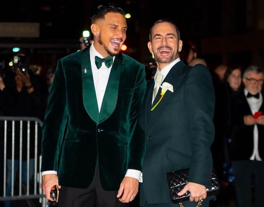 55歲Marc Jacobs(右)與37歲Charly Defrancesco完婚。(翻攝自網路)