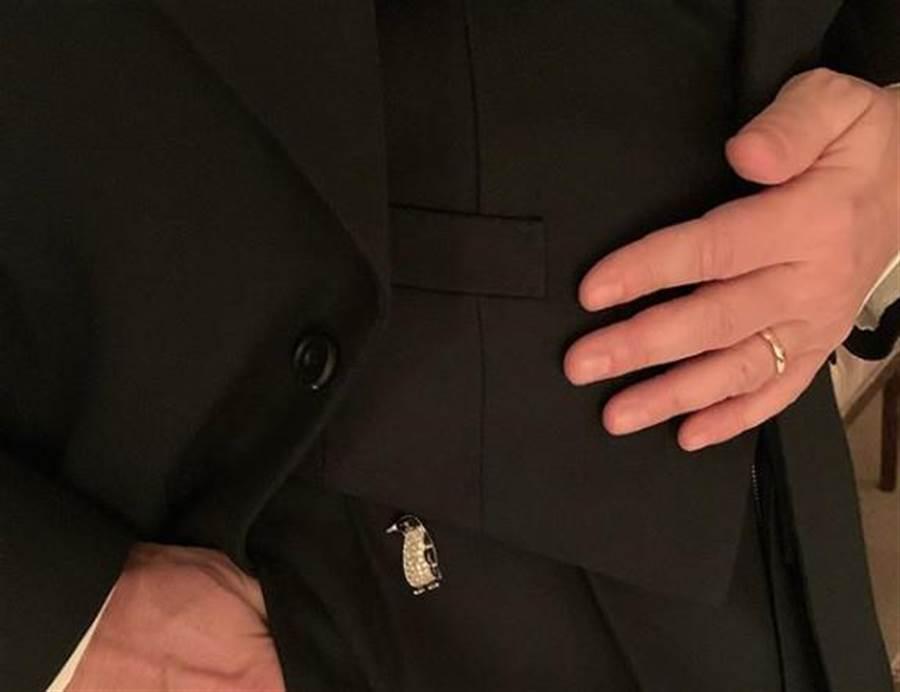 Marc Jacobs秀出婚戒和企鵝胸針。(翻攝自網路)