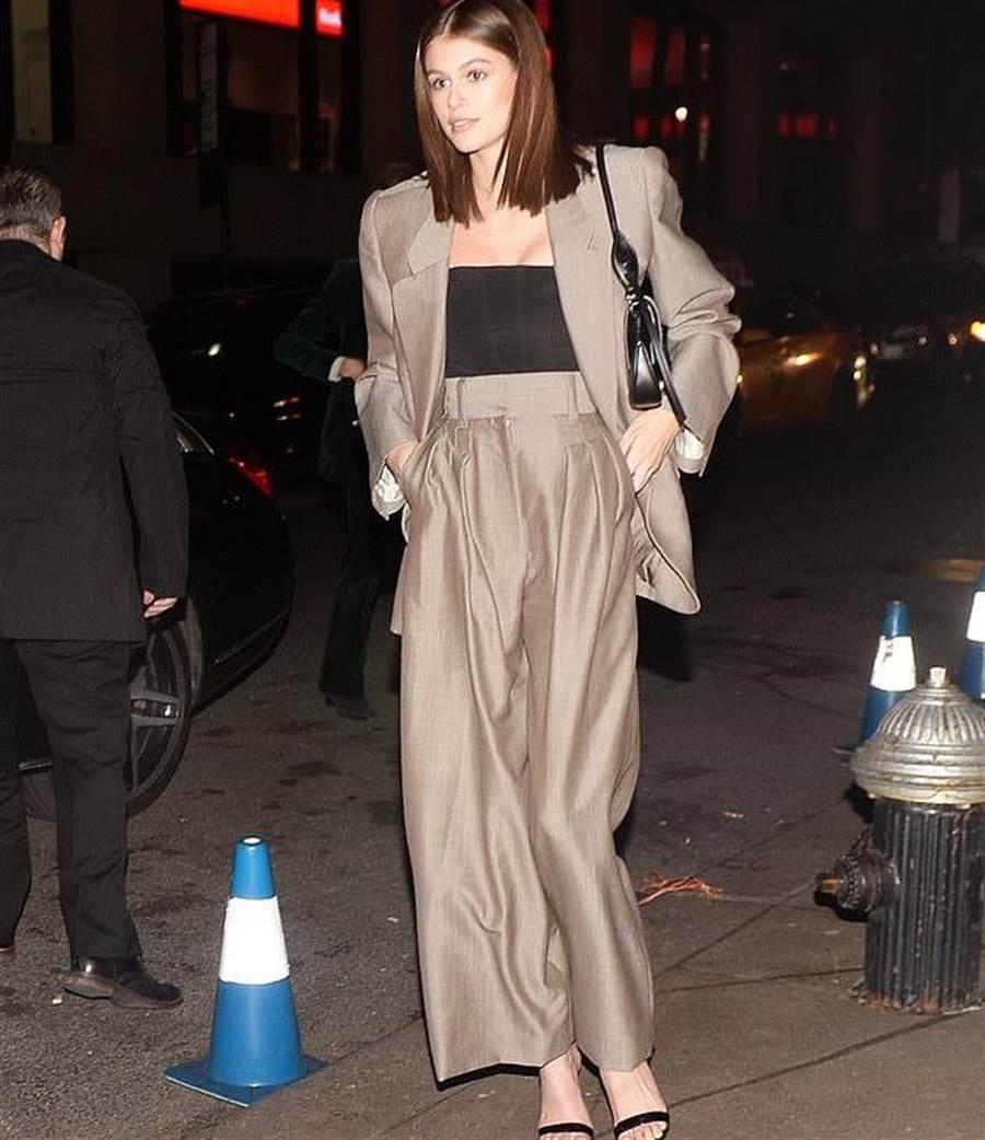 Kaia Gerber穿著Marc Jacobs的褲裝。(翻攝自網路)