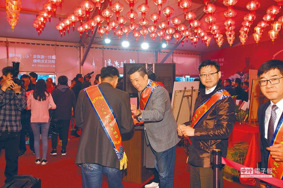 台北市副議長葉林傳發送壓轎金。(大甲鎮瀾宮提供)