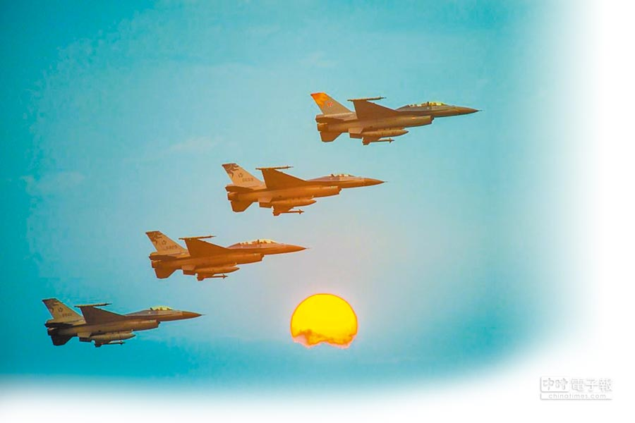 4架塗有太陽神「馬拉道」圖騰的F-16戰機。(花蓮縣政府提供)