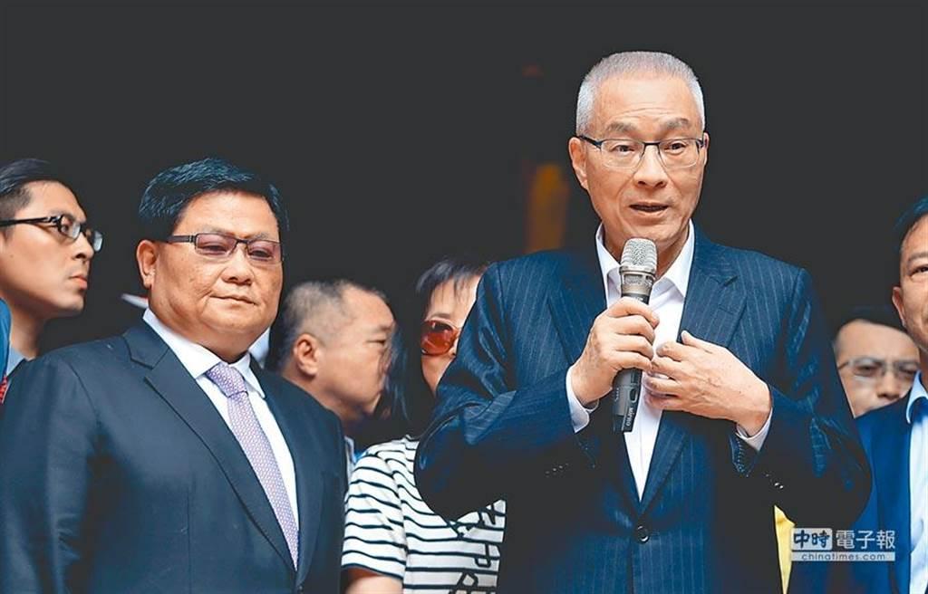 國民黨主席吳敦義(右)7日下午前往參拜大甲媽祖,針對國民黨是否徵召韓國瑜,他表示會在適當時機用最必要且適當的安排。(黃國峰攝)