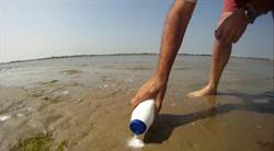 他在海灘灑鹽 下一秒令人驚喜!