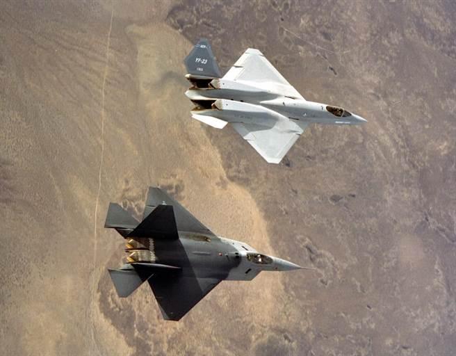 YF-22與YF-23是著名的世紀之爭,兩種戰機都是極其優異的第五代匿蹤戰機。(圖/美國空軍)