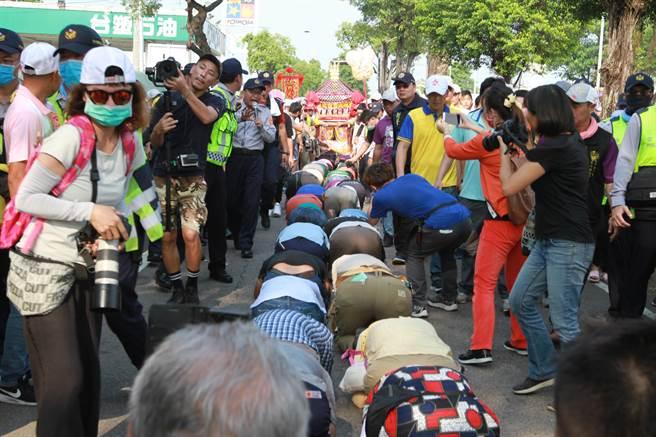 大甲媽鑾轎下午終於抵達彰化市,等候鑽轎底的信眾大排長龍。(謝瓊雲攝)