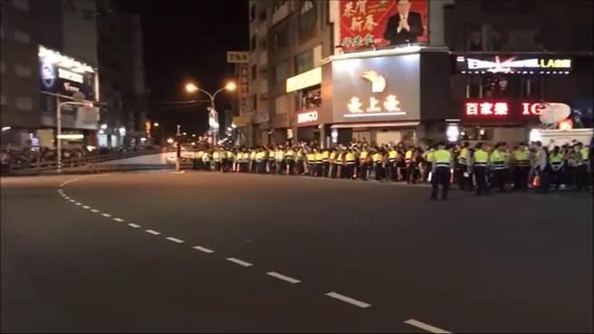 晚間彰化出動320名警力,將彰化市民生地下道全部淨空,大批警力任務編組,進駐現場維持秩序。(謝瓊雲攝)