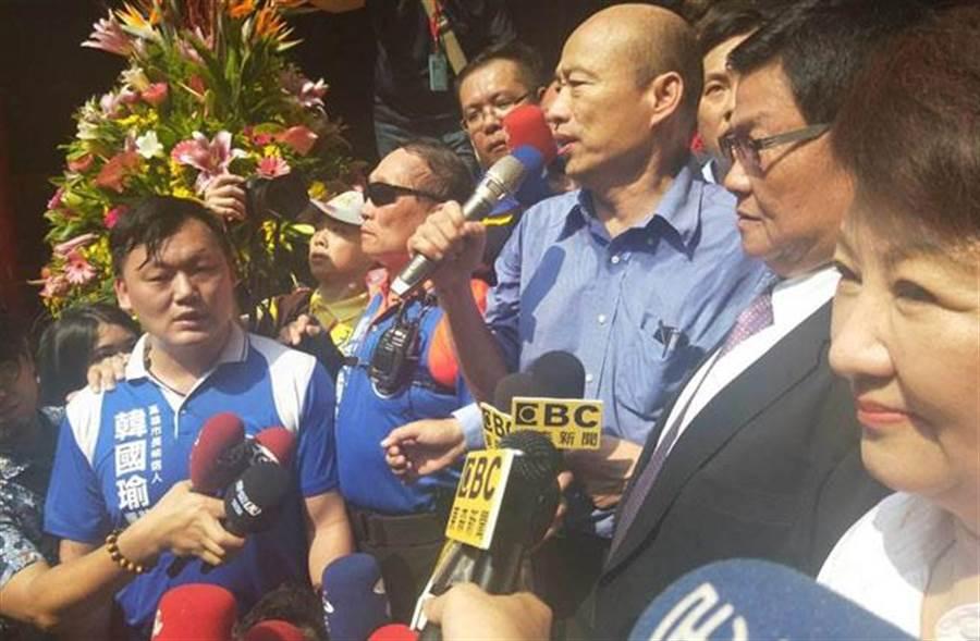 高雄市長韓國瑜現身鎮瀾宮參拜,信眾勸進「選總統」聲浪不絕於耳。(陳淑娥攝)