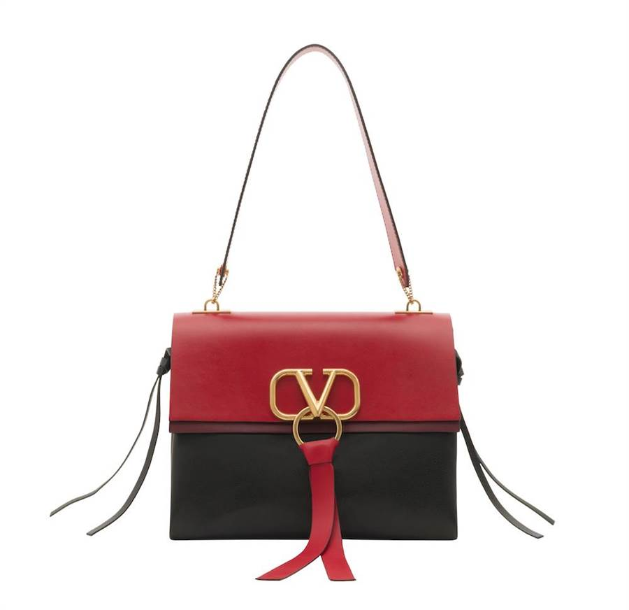 Valentino Garavani VRING 紅黑雙色肩背包,大尺寸10萬2000。(VALENTINO提供)