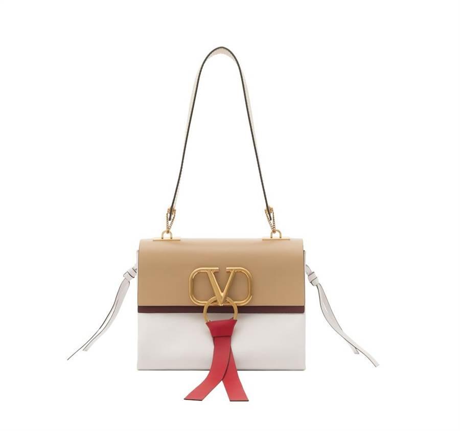 Valentino Garavani VRING 肉桂色與象牙白雙色肩背包,中型尺寸8萬8000元。(VALENTINO提供)