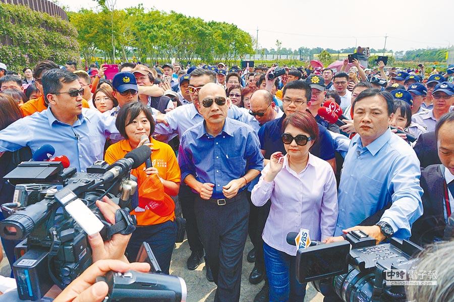 台中市長盧秀燕陪同高雄市長韓國瑜參訪花博外埔園區,沿路受到遊客熱烈歡迎。(王文吉攝)