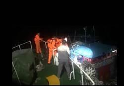 影》漁船出海突失去動力  海巡隊馳援2人獲救