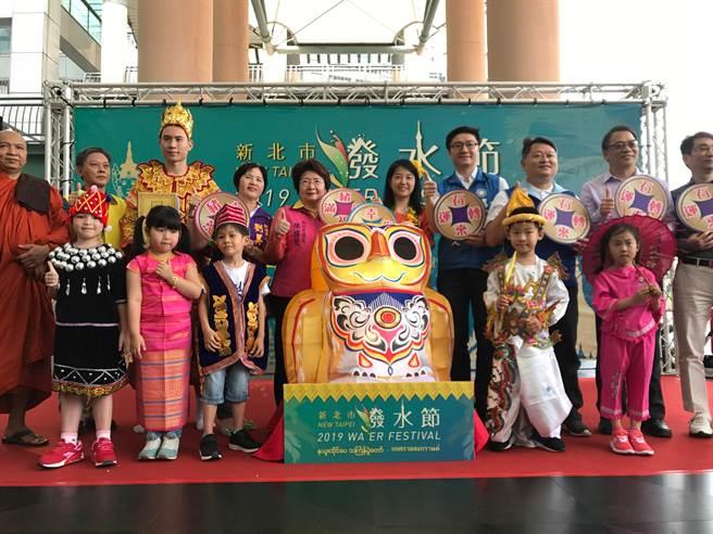 去年新北市潑水節啟動記者會,現場集結緬甸當地象徵吉祥的貓頭鷹雕像、風動石、傳統服飾及特色美食等,邀請民眾參與周末的潑水節盛會。(譚宇哲攝)