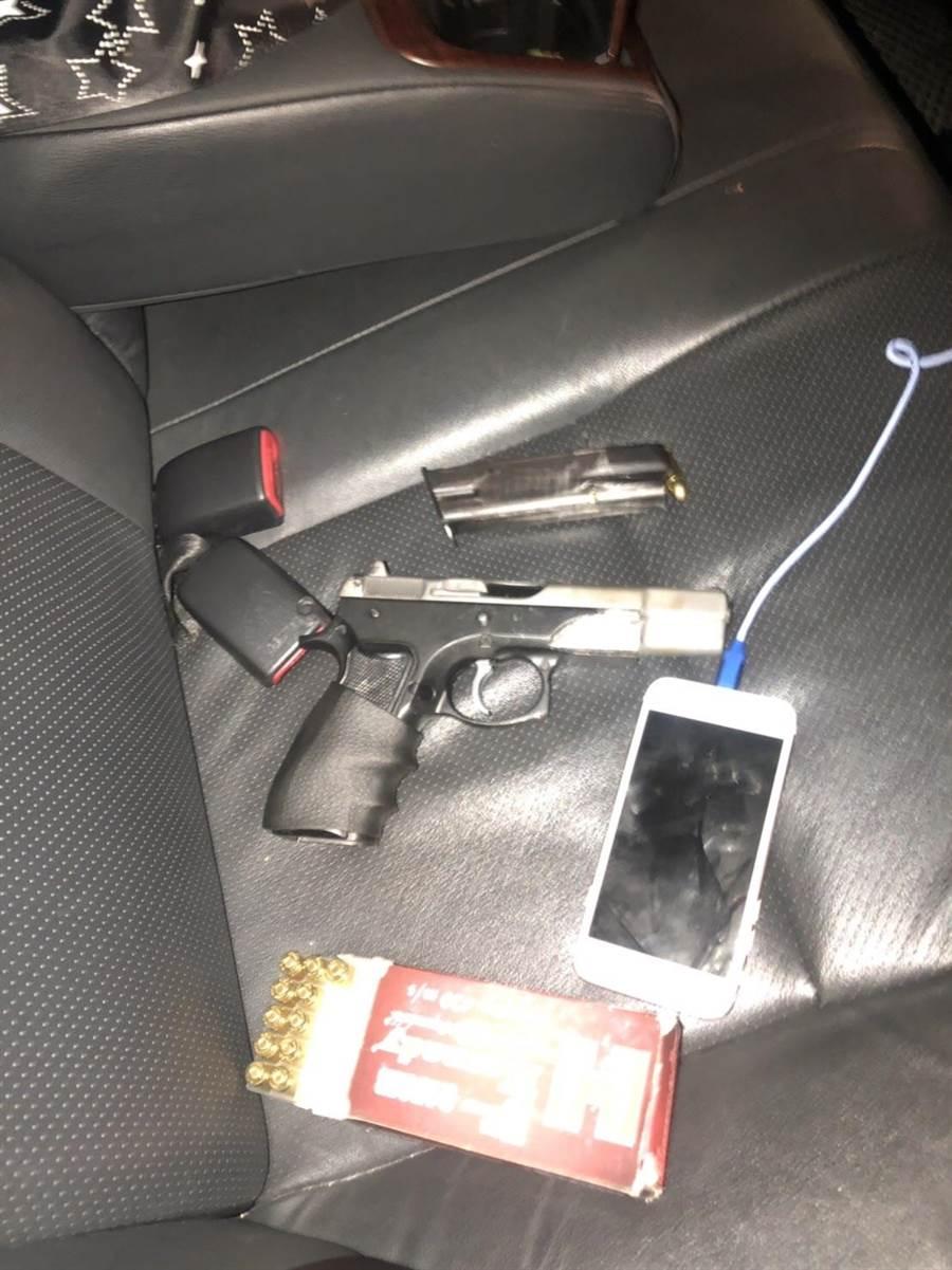 警方在車上起出槍械。(陳俊雄翻攝)