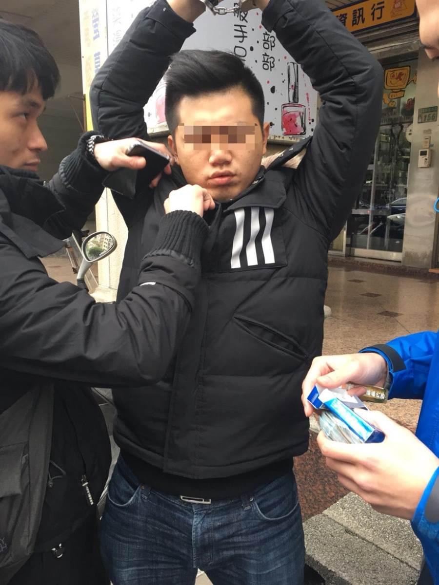 警方逮捕車手頭沈姓男子。(王揚傑翻攝)