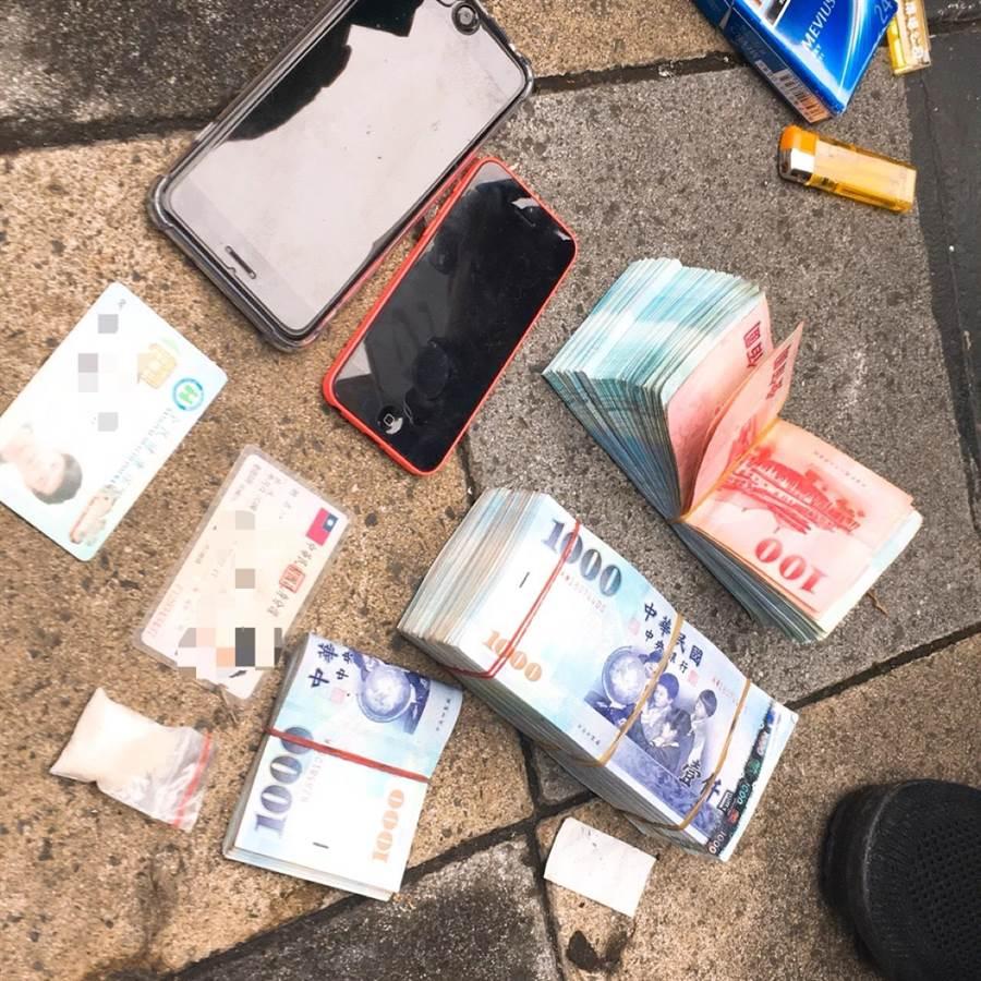 警方查扣詐騙集團不法所得57萬餘元。(王揚傑翻攝)