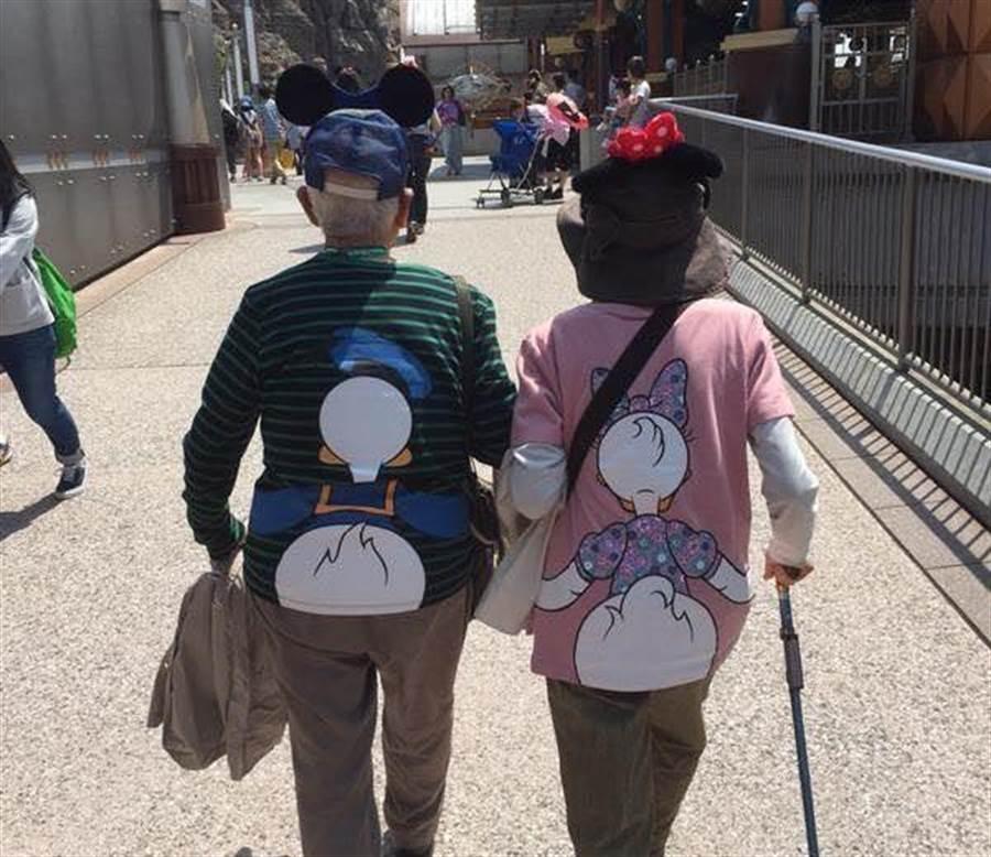 真愛!銀髮夫妻穿情侶裝遊迪士尼(圖/翻攝自《爆笑公社》)
