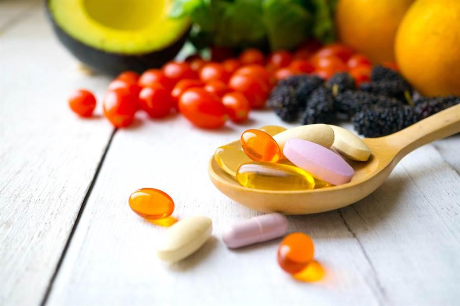 研究發現,攝取營養補充劑對健康和延年益壽作用不大,真正有益健康的,是食品中的營養成份。(達志影像/Shutterstock)