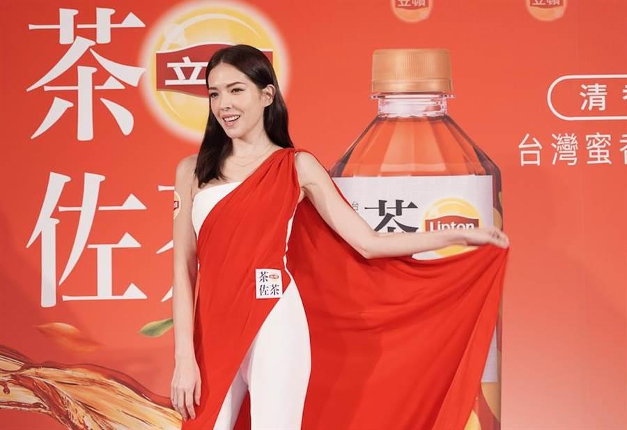 許瑋甯亮麗出席茶佐茶上市記者會。(立頓提供)