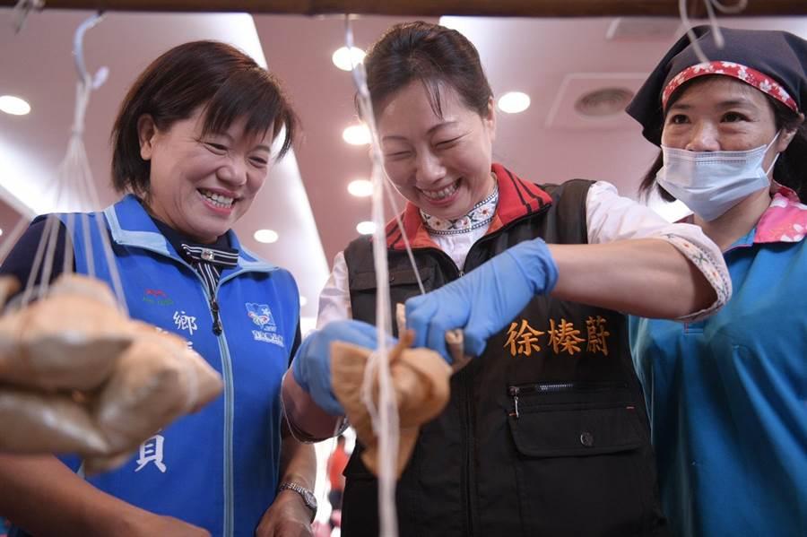 花蓮縣長徐榛蔚包起客家肉粽,有板有眼。(范振和攝)