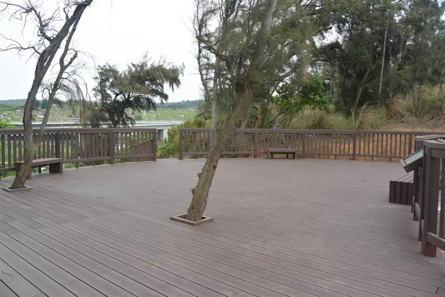 飯店山觀景平台休憩場域寬敞,正在進行綠美化階段。(巫靜婷攝)