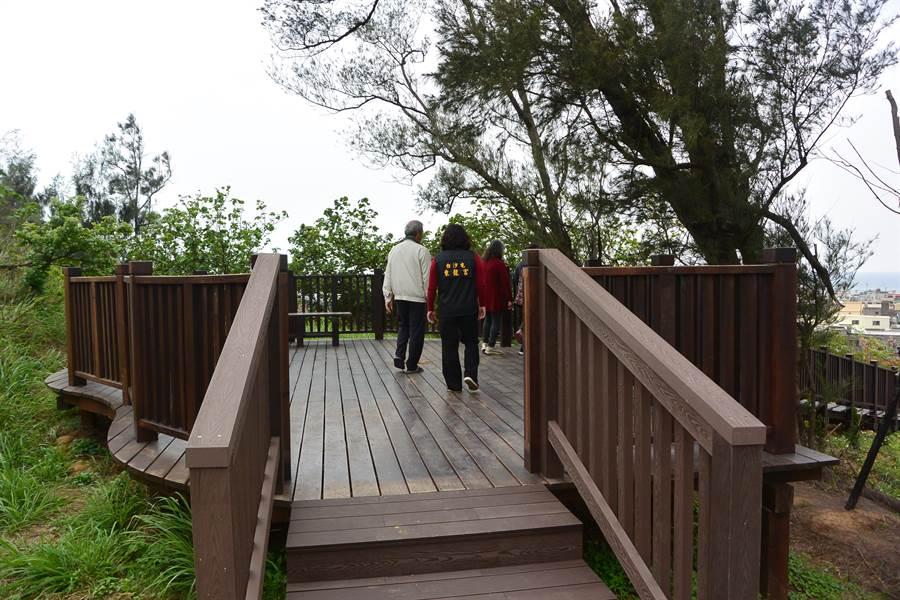 飯店山經2年多的整地修建不再荒草遍野,景觀平台成為當地人休憩的祕境。(巫靜婷攝)
