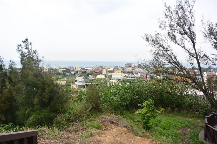 飯店山為白沙屯制高點,走上觀景平台不僅能俯瞰市容,還能遙望海景。(巫靜婷攝)
