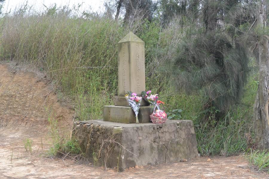苗栗縣文觀局文資委員會在2015年將「大井確士紀念碑」列為歷史建築,清明時節有民眾獻花紀念。(巫靜婷攝)