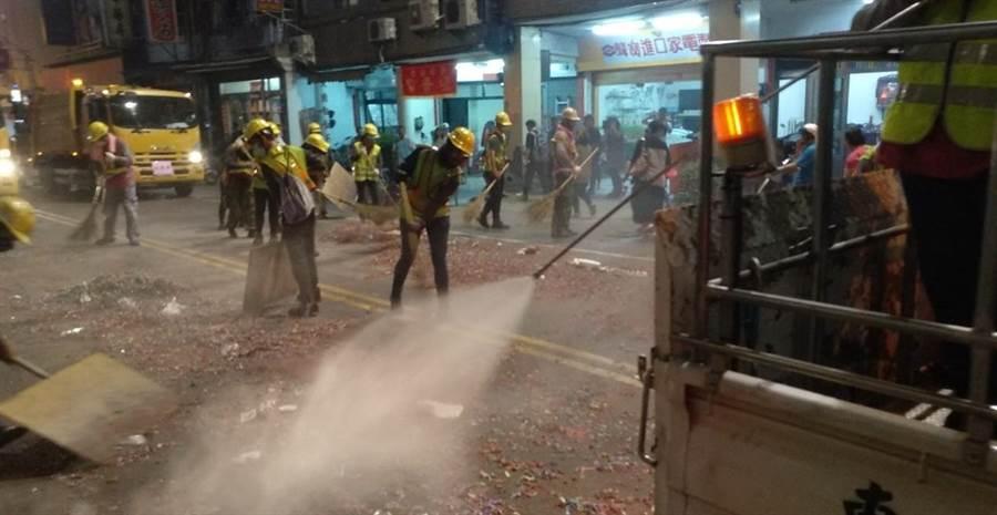 大甲媽遶境,台中市府環保局動員3000名志工與200多名清潔隊員,以掃街方式維護沿途環境整潔。(盧金足翻攝)