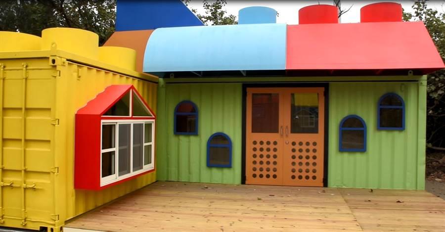大安海濱露營區的貨櫃屋營位五彩繽紛,可愛積木屋頂顯得超療癒。(陳淑娥攝)