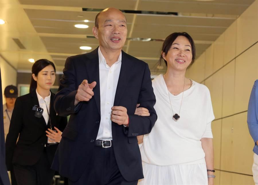 高雄市長韓國瑜與妻子李佳芬9日晚間啟程赴美訪問,他在桃園機場受訪時表示,當務之急就是能對美國之行全力以赴,好好做成功一點。媒體追問對2020總統大選的立場,韓國瑜說,一切都不在這個考量。(陳麒全攝)