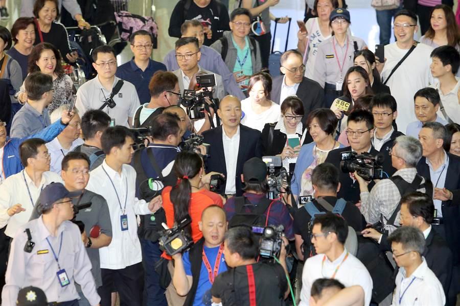 高雄市長韓國瑜與妻子李佳芬9日晚間啟程赴美訪問,媒體大陣仗採訪。(陳麒全攝)