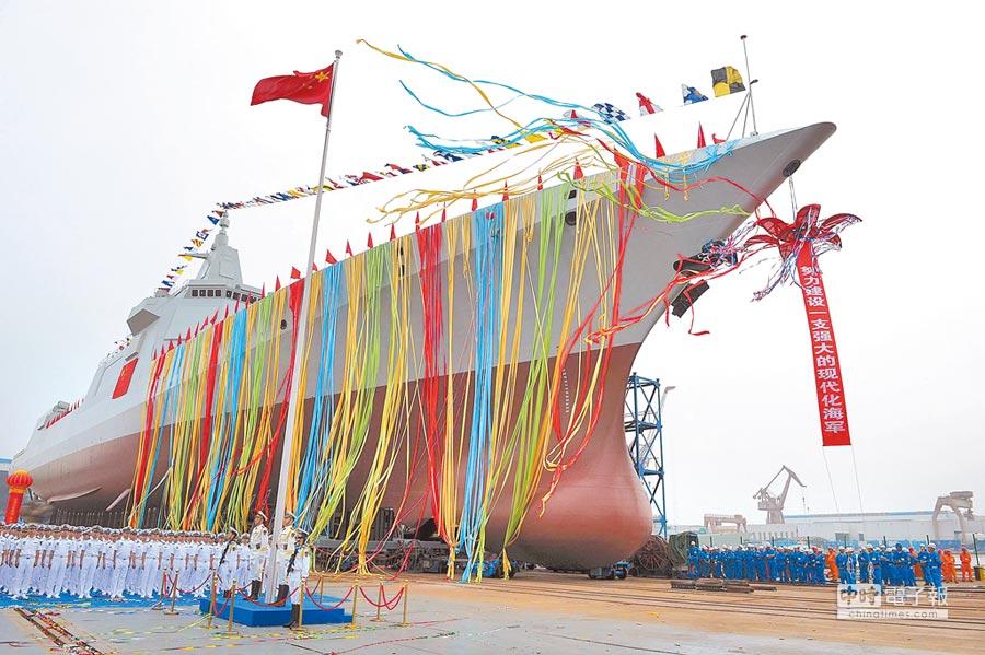 2017年6月28日,解放軍海軍055型萬噸驅逐艦在上海江南下水。(中新社資料照片)
