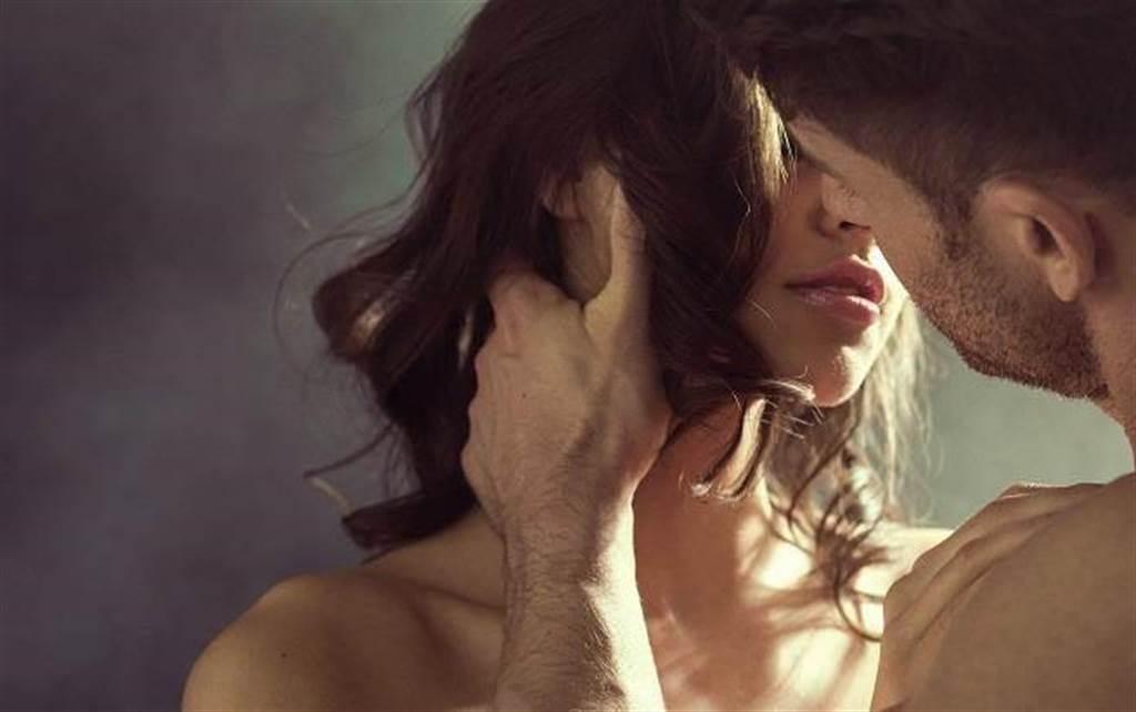 人妻偷情人夫同事,第一次從浴室戰到床上。(示意圖/達志影像)