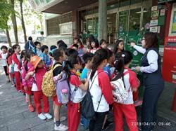 新竹小學生參觀郵局 學寫母親節賀卡