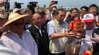 大甲媽抵新港萬人歡迎 副縣長吳容輝代表迎接