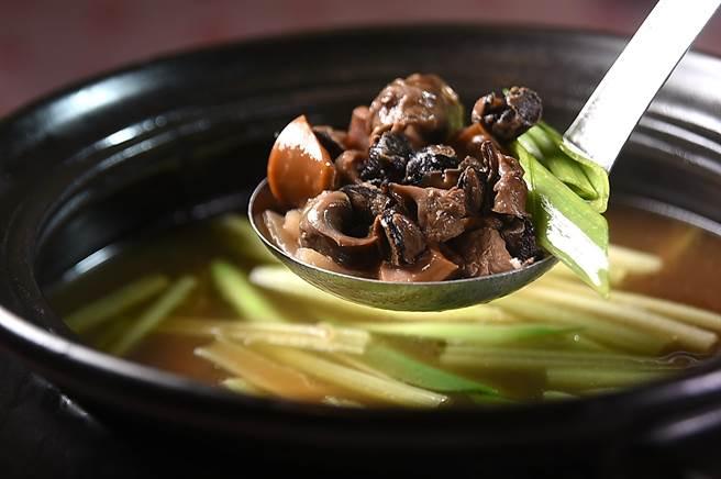 王品〈丰禾日麗〉的〈魷魚螺肉蒜〉用料豐富,除了日本螺肉和阿根廷魷魚外,湯內還有開陽、香菇、筍片和豬肉。(圖/姚舜)